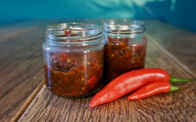 Zelfgemaakte pittige sambal